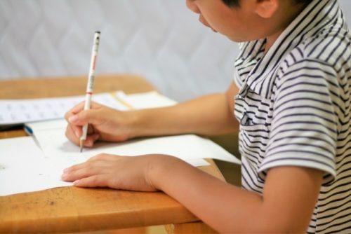 NHKテレビのテキストを勉強する子供の画像