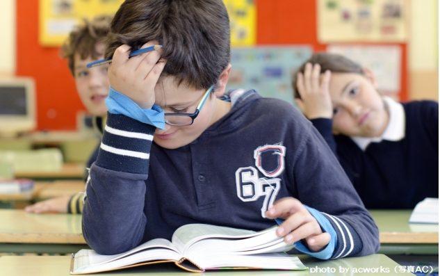 国語の授業中の小学生