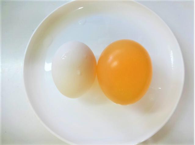 酢漬けにした卵と、酢漬けにする前の卵を並べた写真