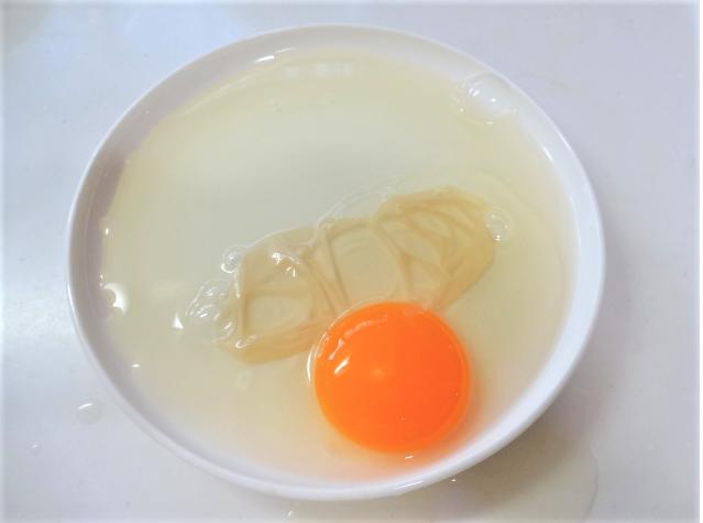 酢漬けにした卵を割ったあとの写真